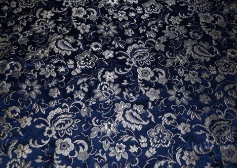 Ткань китайский шелк синий с шитьем Розовый сад